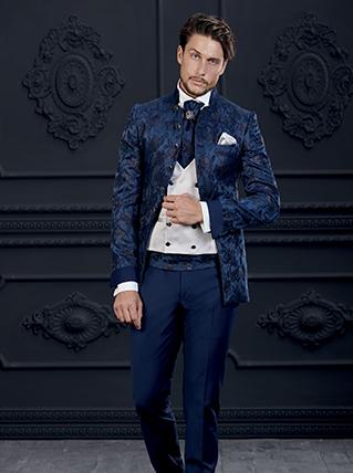 abito blu lungo damascato con gilet doppiopetto bianco