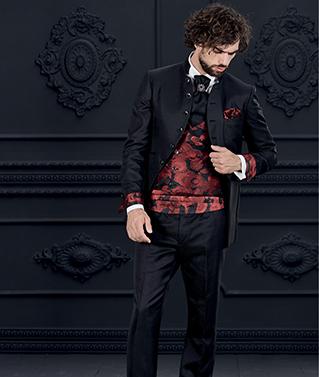 abito lungo nero con gilet rosso damascato