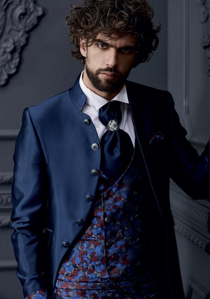 abito-lungo-con-bottoni-laterali-blu-gilet-damascato-rosso